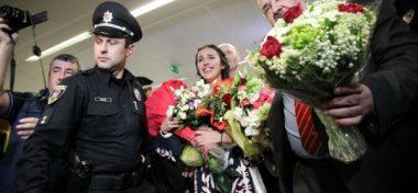 Джамала расплакалась в аэропорту «Борисполь», когда увидела, как ее встречают  [фото, видео]